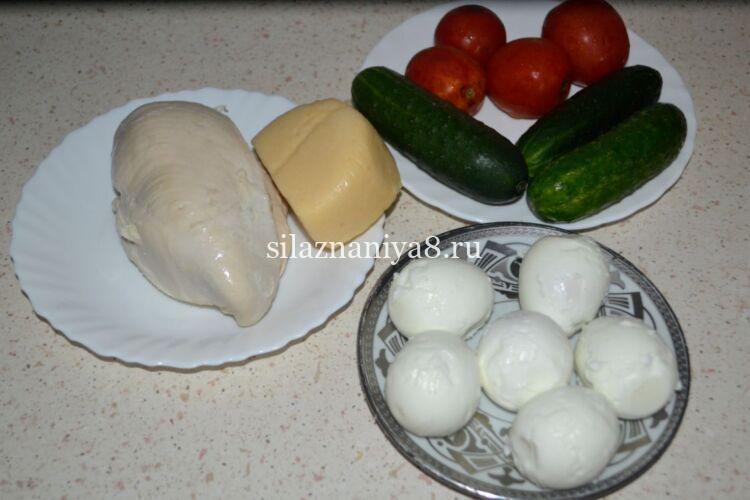 Салат из куриной грудки и свежих огурцов с помидорами слоями