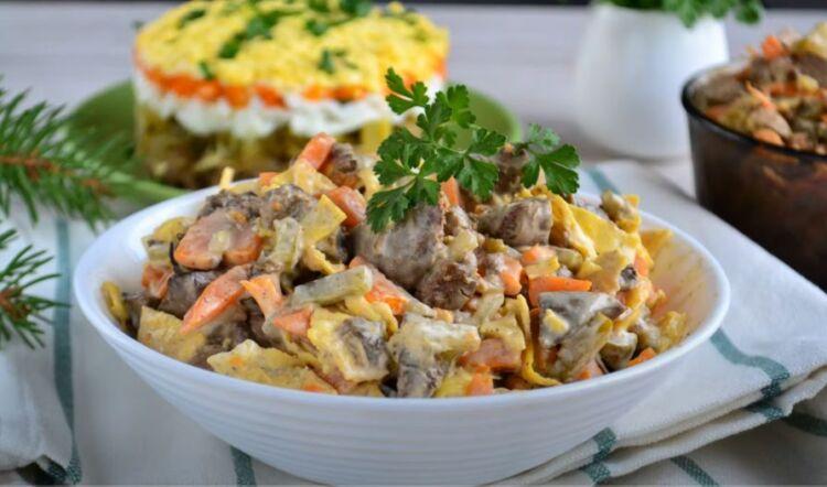 салат из куриной печени с соленым огурцом и морковью и обжаренным луком