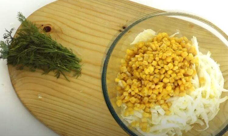 Салат из пекинской капусты и куриной грудки с кукурузой и огурцом