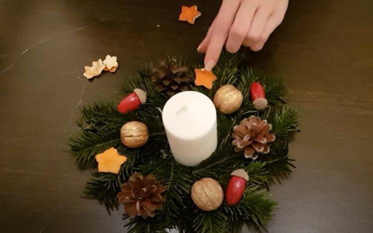 венок на новогодний стол со свечой