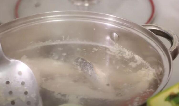 заливное варится в кастрюле из рыбы