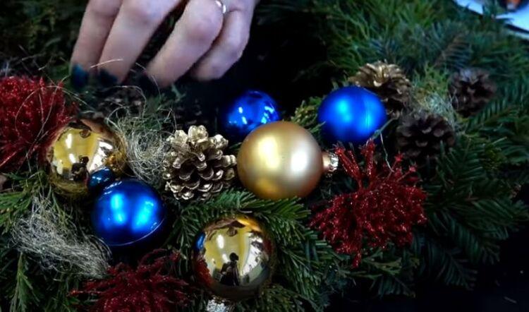 как сделать венок на дверь на новый год своими руками поэтапно