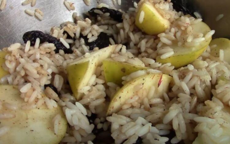 утка с рисом и яблоками