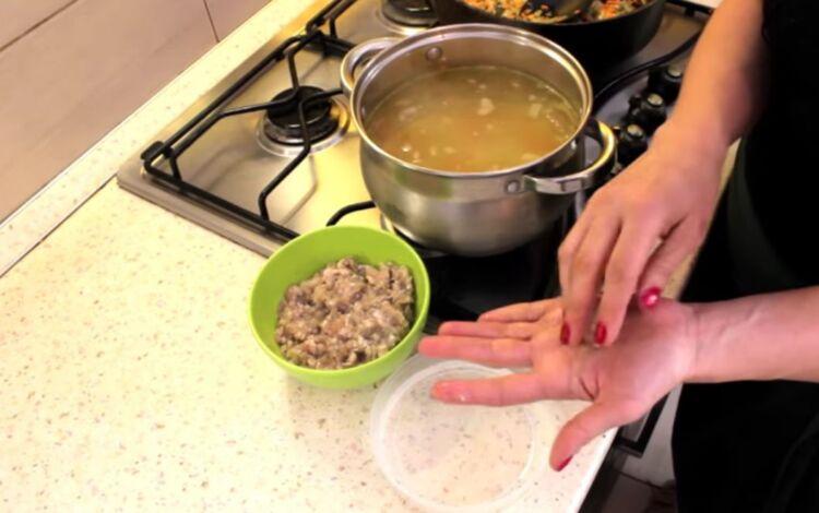 суп из крапивы с клецками и фрикадельками