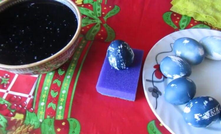 Как красиво покрасить яйца на Пасху фиолетовой капустой