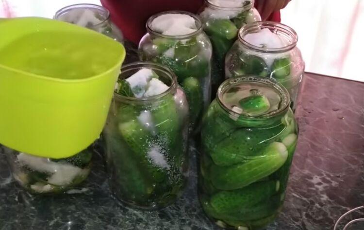 Хрустящие маринованные огурцы с лимонной кислотой на зиму в 1.5 литровых банках