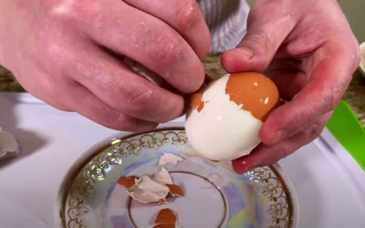 как очистить яйцо от скорлупы