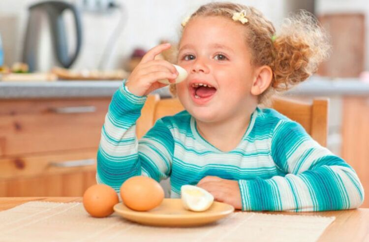 ребенок кушает куриные яйца