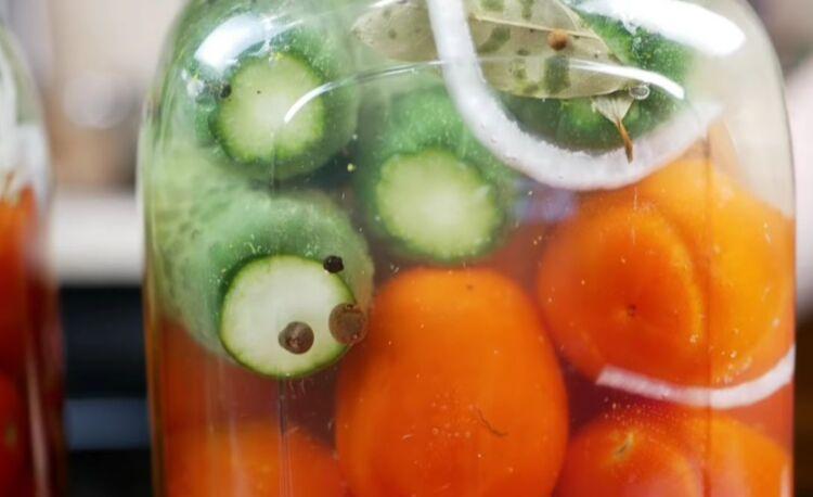 Маринованные огурцы с помидорами на 1 литр воды без стерилизации
