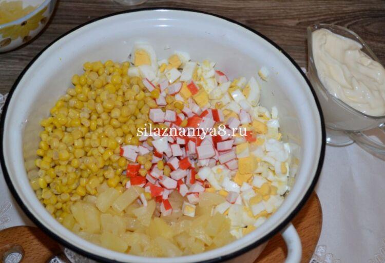 легкий салат из крабовых палочек со сметаной