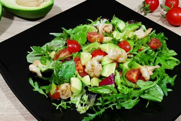 Очень вкусный салат с авокадо и креветками без майонеза