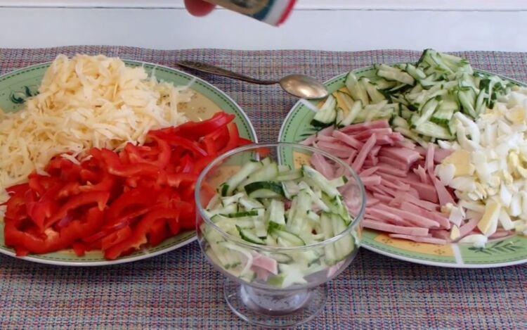 Порционный салат в креманке на праздничный стол