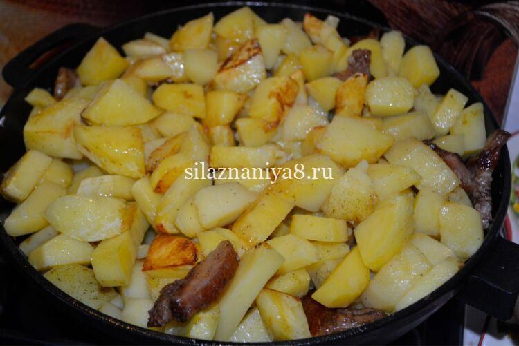 Жареная картошка с салом на сковороде с хрустящей корочкой