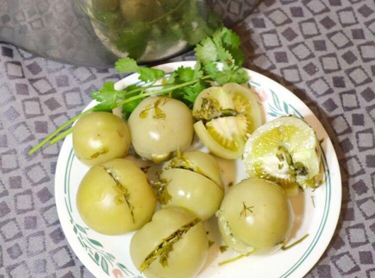 Квашеные зеленые помидоры фаршированные чесноком и зеленью