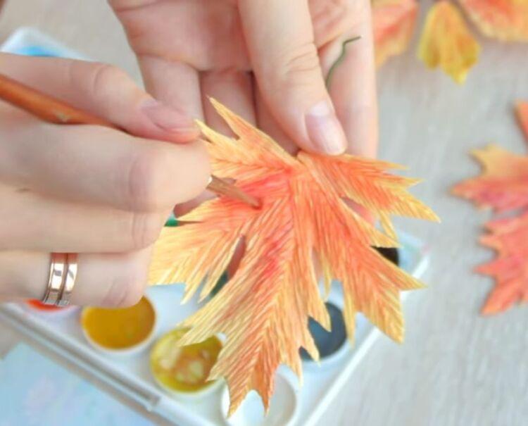 Осіннє листя з гофрованого паперу своїми руками