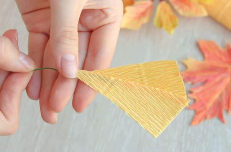 Осенние листья из гофрированной бумаги своими руками