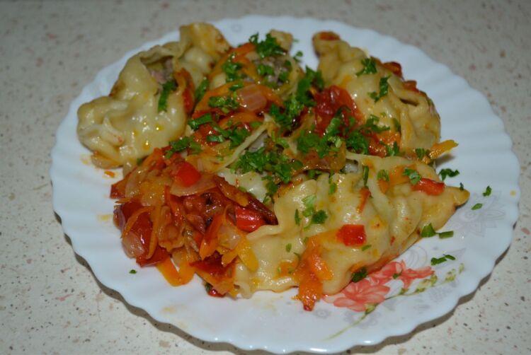 Манты на сковороде на овощной подушке с мясом и картошкой