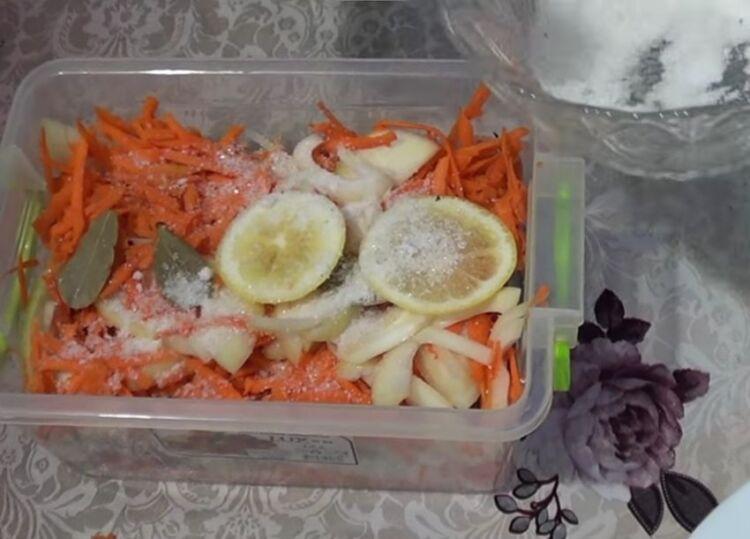 маринованная сельдь с лимоном и морковью и луком