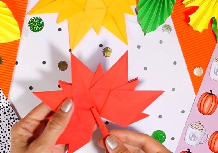 лист клена з паперу орігамі