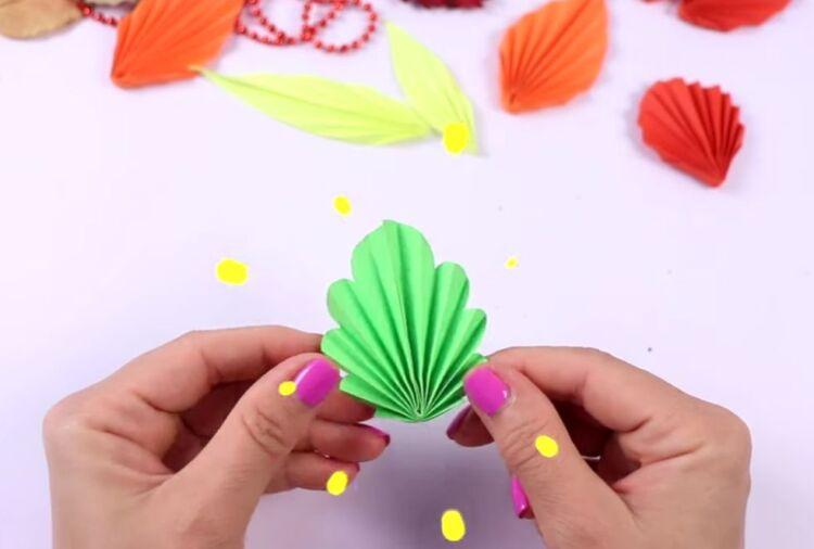 осенние листья из бумаги гармошкой
