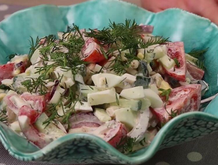 Салат из кальмаров с помидорами и огурцами