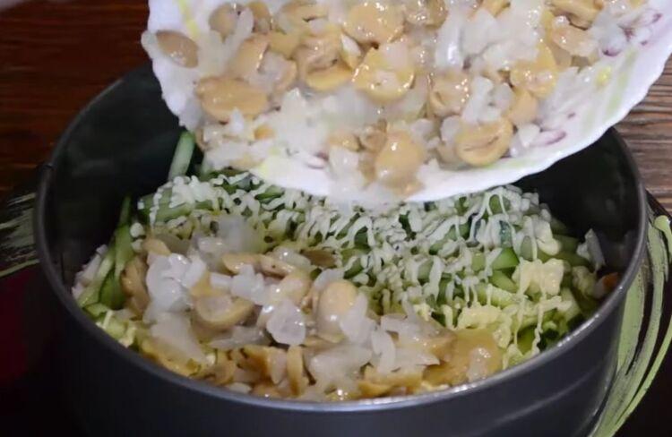 салат с курицей и маринованными грибами слоями