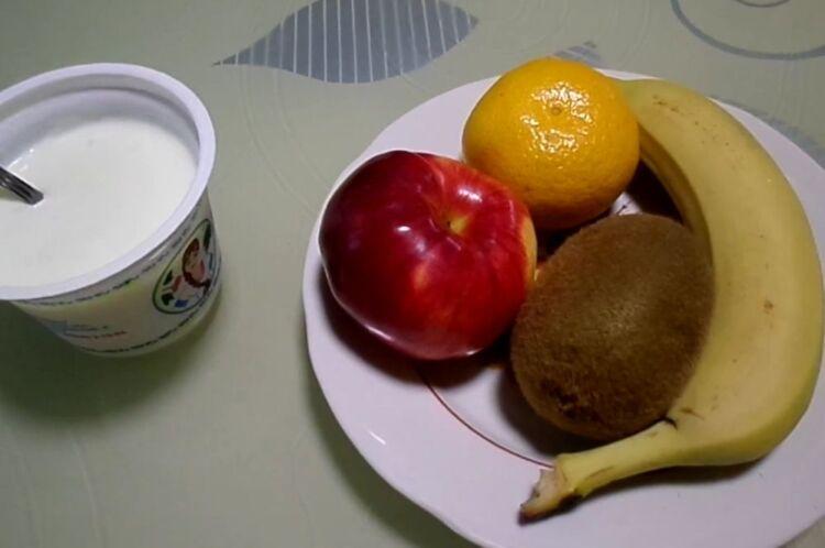 Фруктовый салат на Новый год с йогуртом для детей