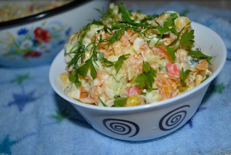 крабовый салат с картошкой и кукурузой с морковью