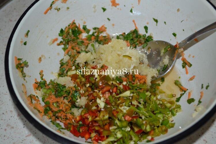Зеленые помидоры фаршированные морковью и чесноком
